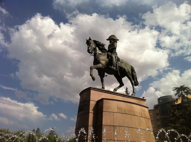 Estatua ecuestre del general Espartero en el Espolón de Logroño, incluyendo los célebres atributos del caballo
