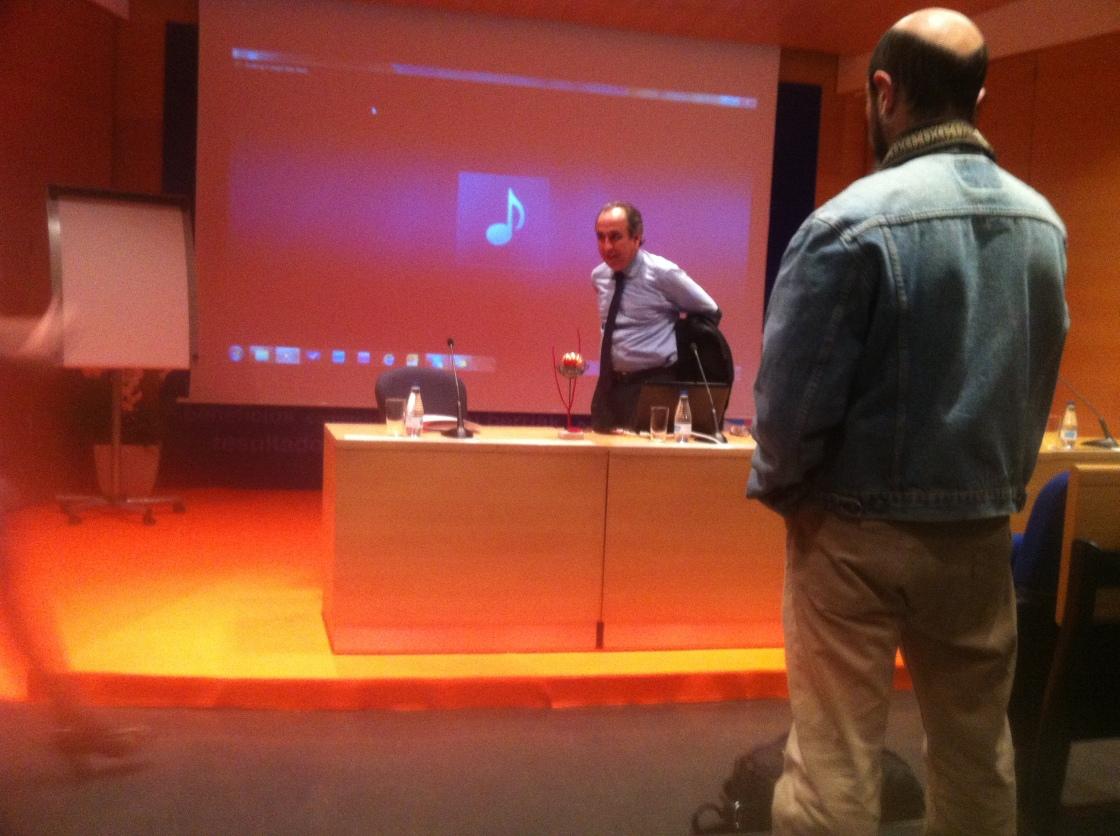 Emiio Duró antes de comenzar la conferencia en el Artium