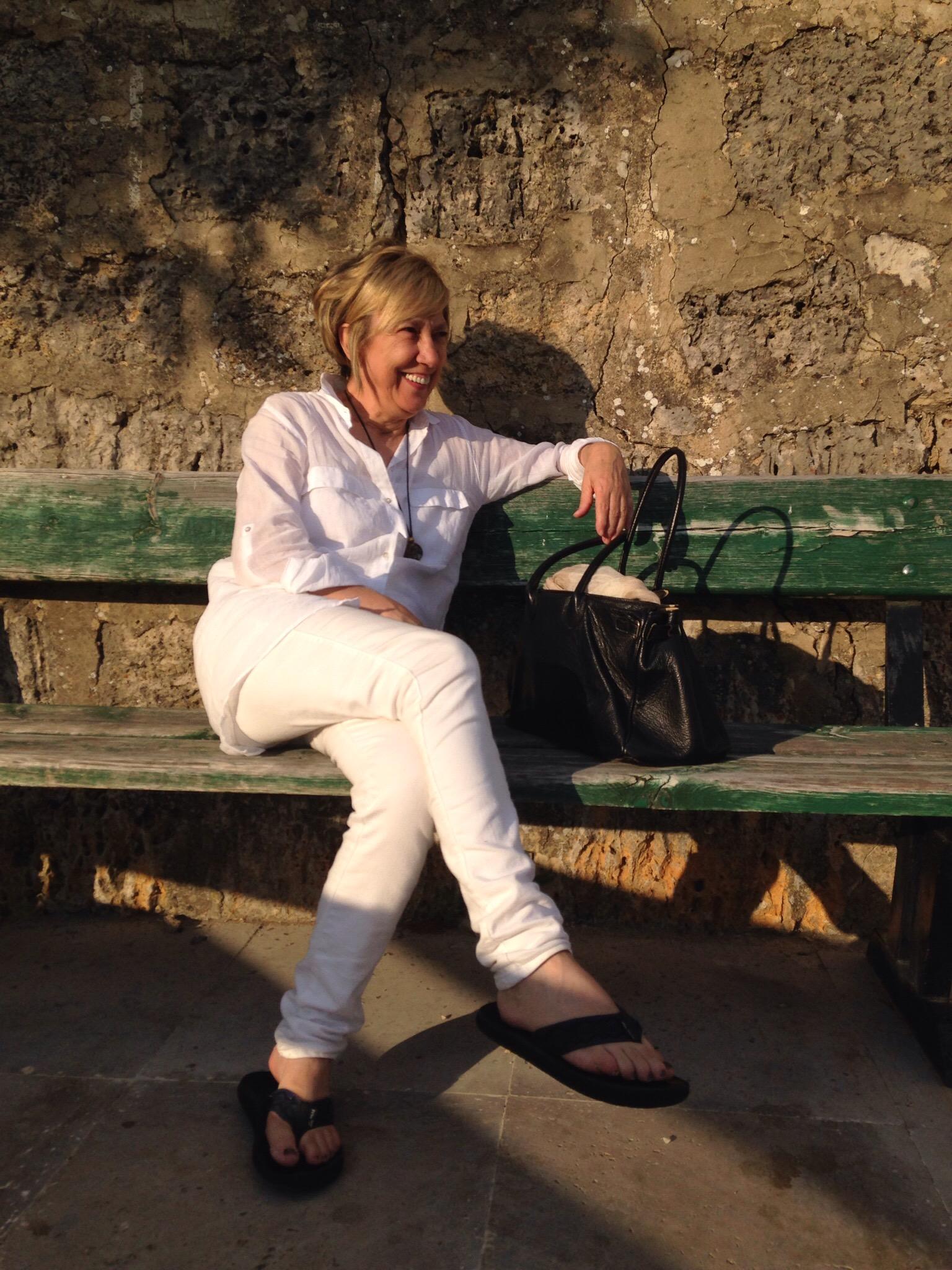 Lurdes sentada en un banco